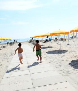 """Diverse persone hanno deciso di godersi il primosabato di maggio di libertà passeggiando sulla sabbia e facendo il primo bagno della stagione. Non sono peròstateregistrate""""folle"""" di persone in giro per gli stabilimenti italiani"""