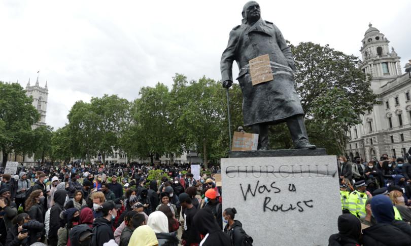 Floyd sfregiata statua Churchill Londra razzista