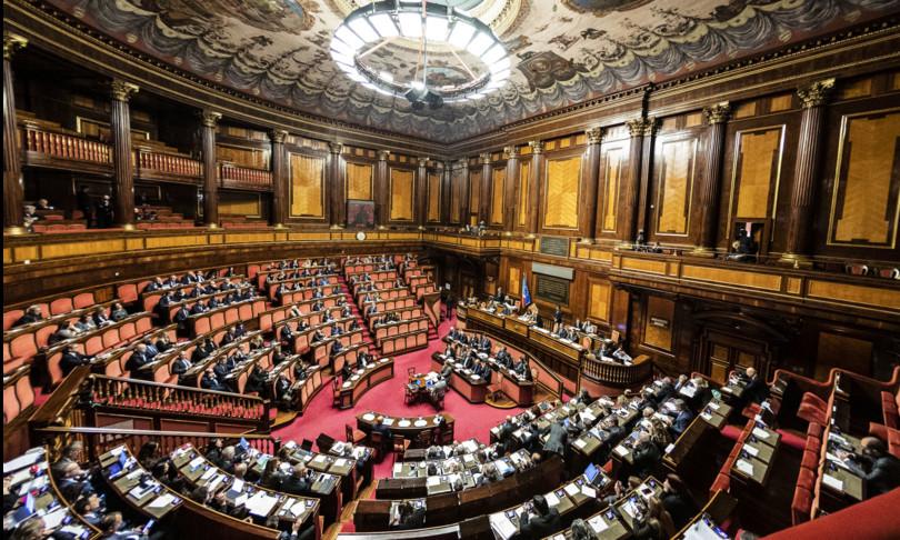 Il governo pone la fiducia sul decreto Elezioni e in Aula scoppia la bagarre. L'opposizione diserta il voto. E nel 'mirino' (anche di una parte della maggioranza) finisce la presidenteElisabettaCasellati