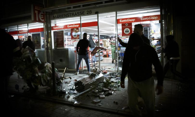 rivolte stoccarda gang saccheggi polizia