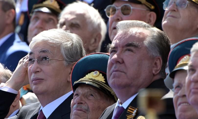 La folla sfida il virus durante la Parata della Vittoria a Mosca