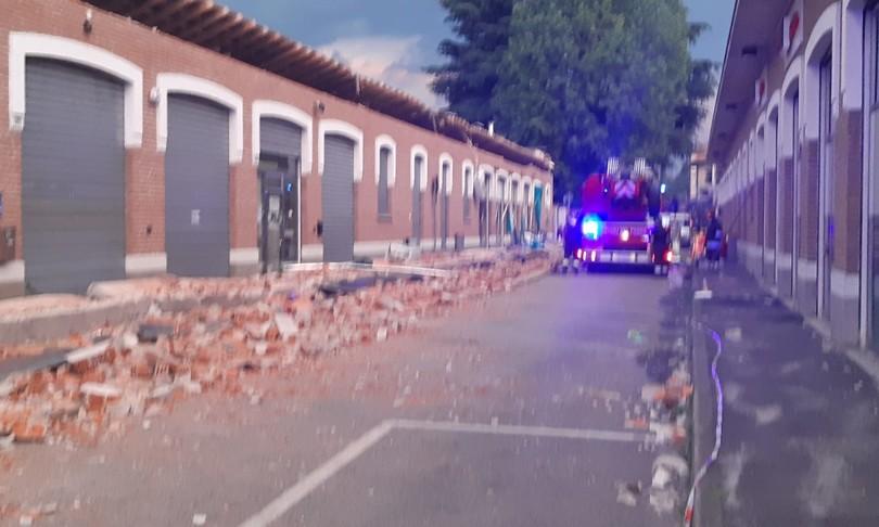 crolla cornicione palazzo varesotto morti due bimbi una donna