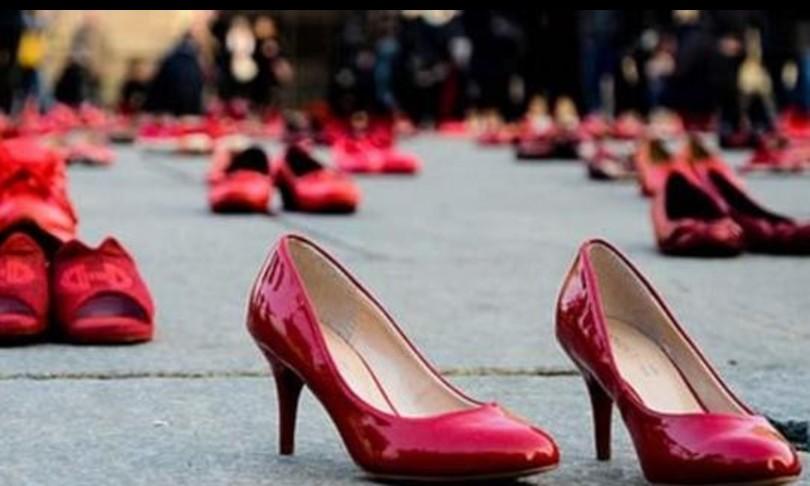 scarpe rosse la omaggio e quartullo portano sul palco i femminicidi storici scarpe rosse la omaggio e quartullo