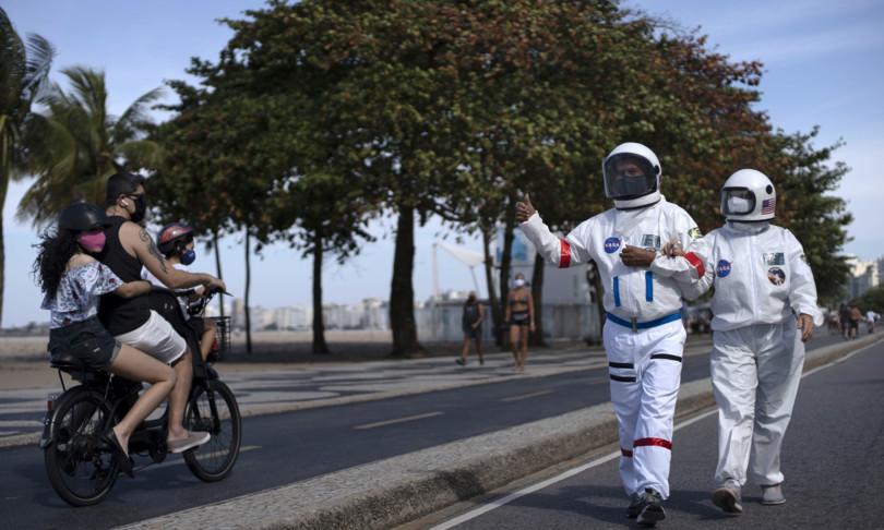 La coppia di Rio che va in giro con la tuta spaziale per non prendere il virus