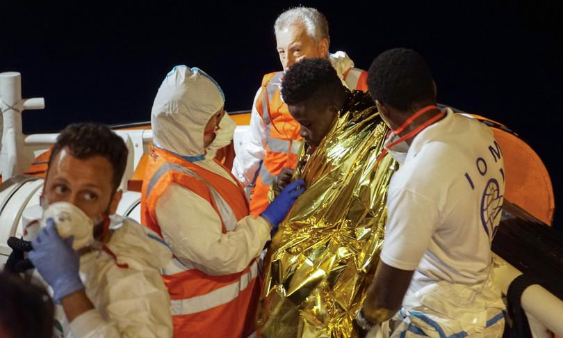 migranti sbarchi fughe sicilia hotspot covid