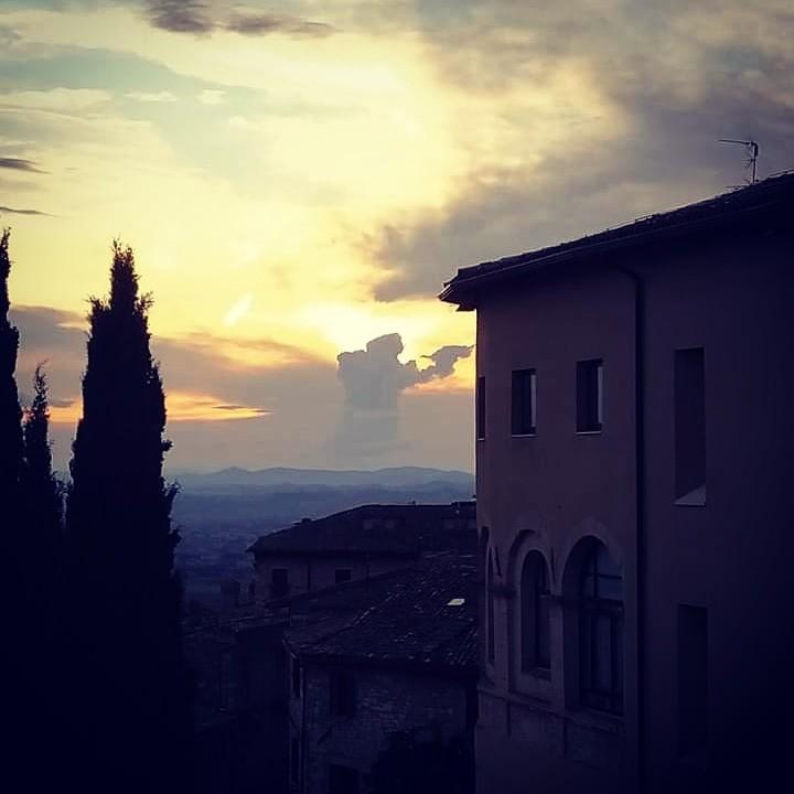 San Francesco tra le nuvole di Assisi la foto che impazza sul web