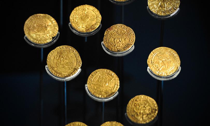 Trova un tesoro nel giardino di casa: 64 monete d'oro della dinastia dei Tudor