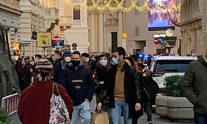 assembramenti shopping covid roma milano