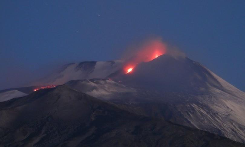 pioggia cenere nera etna catania lava