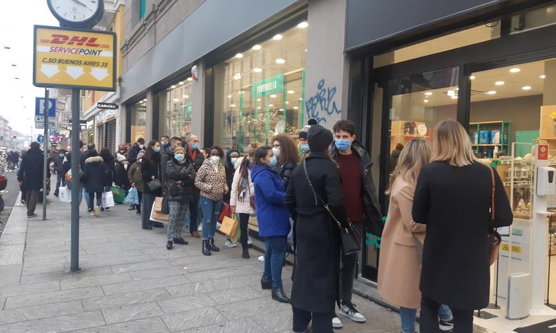 Folla strade shopping MIlano zona rossa Natale
