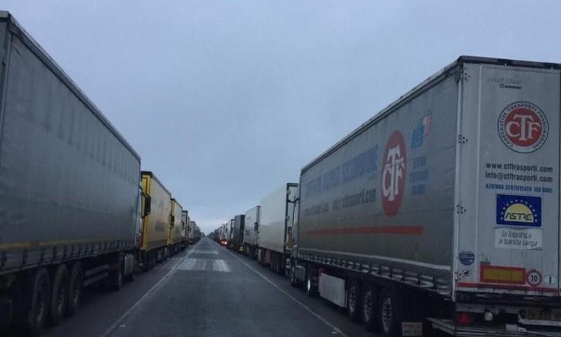 rabbia camionisti italiani stretto manica gran bretagna