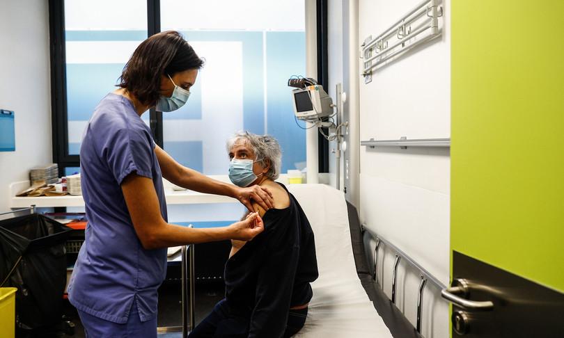 In Italia calano i casi ma anche i tamponi, e Il tasso di contagiosale al 17,6%