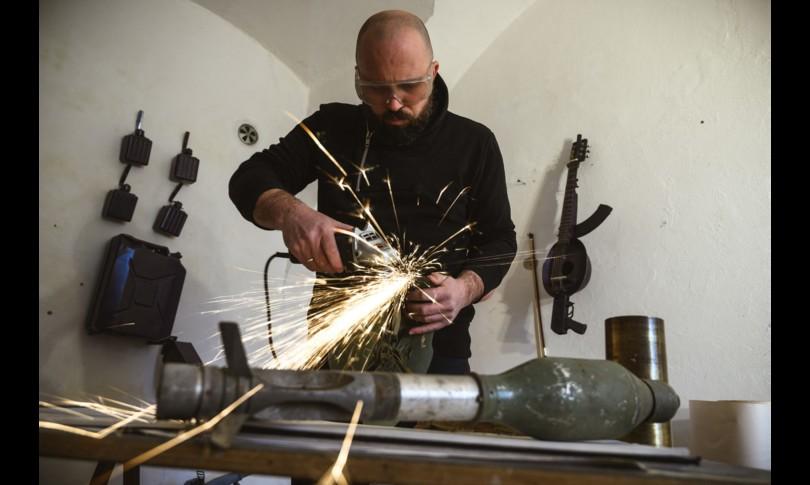 serbia scultore ricava strumenti musicali armi dismesse