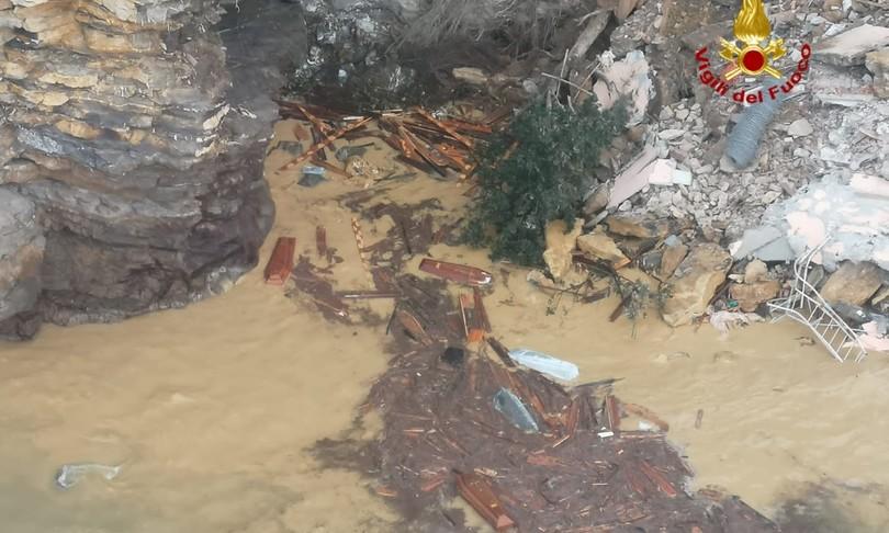 Frana cimitero Camogli bare in mare