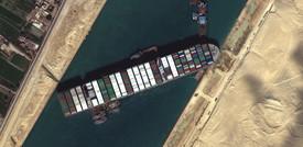Gru e draghe al lavoro per disincagliare la Ever Given nel canale di Suez