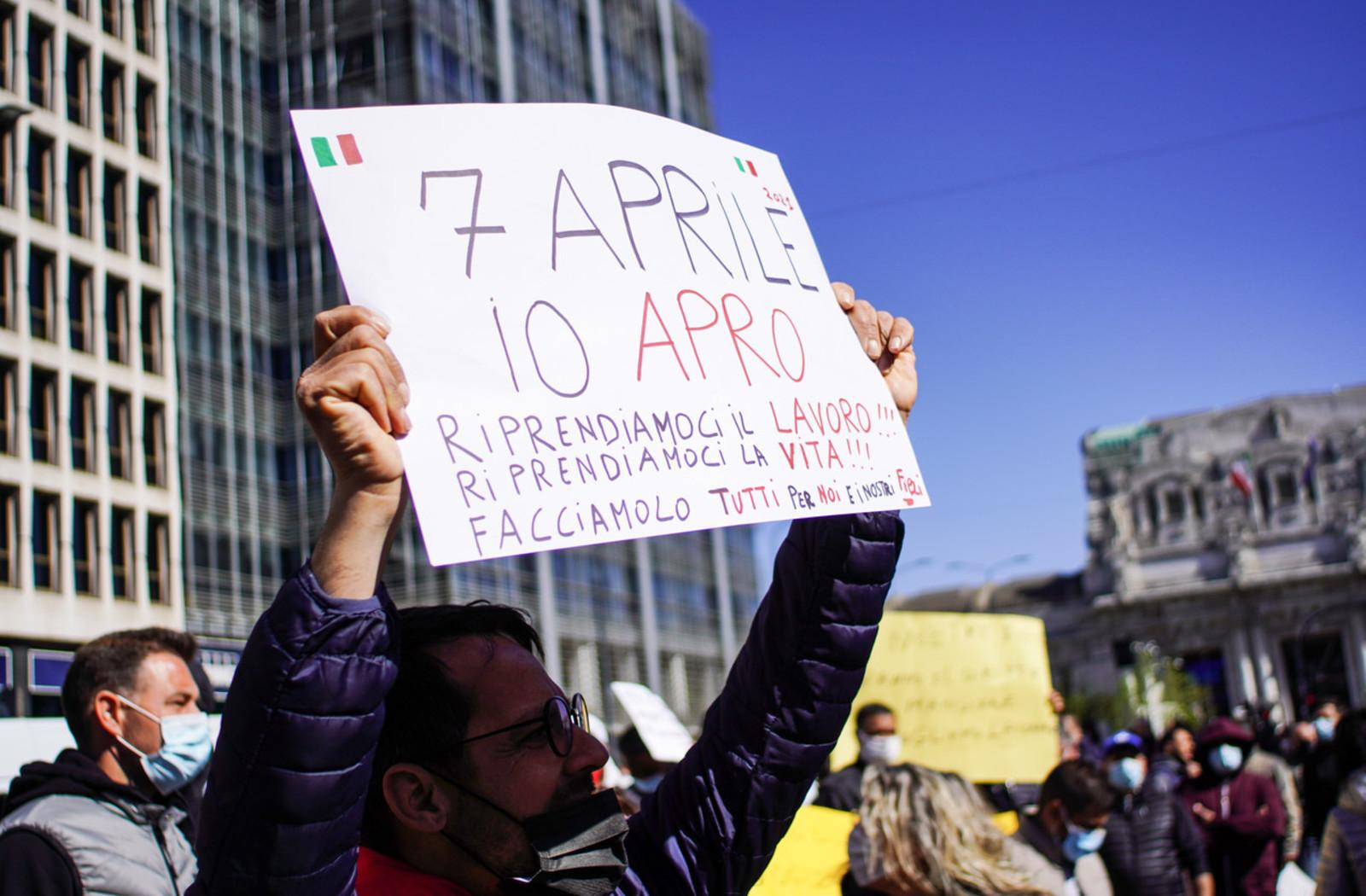 La manifestazione degli ambulanti a Milano