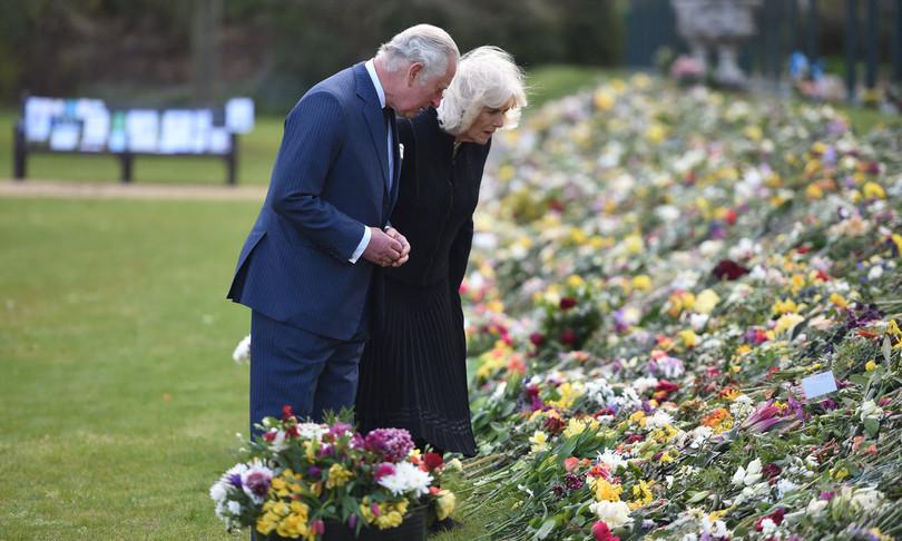 carlo camilla commossi per fiori omaggio principe filippo
