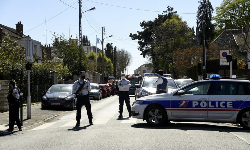 francia tunisino uccide funzionaria polizia in commissariato
