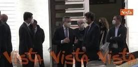 Mario Draghi esce dal Museo della Liberazione tra gli applausi delle persone
