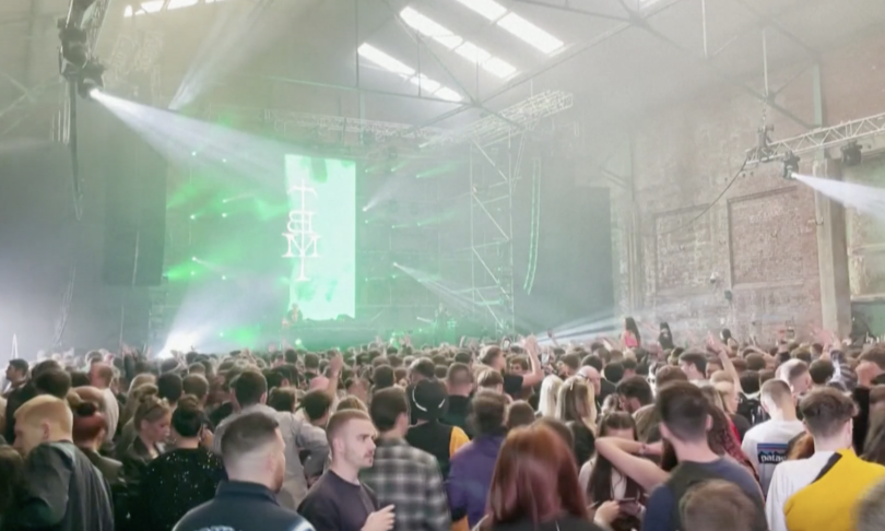 tremila persone ballano in discoteca senza mascherina liverpool