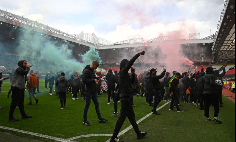 Premier League invasione campo e scontri rinviata partita manchester united e liverpool