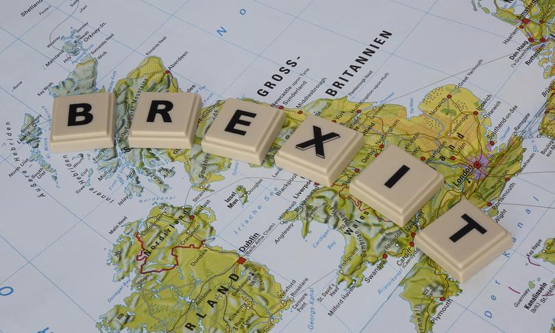 brexit gb schiera navi da guerra pesca nella manica