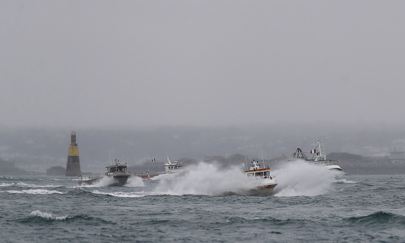 Francia Gran Bretagna schierato navi guerra Manica disputa pesca
