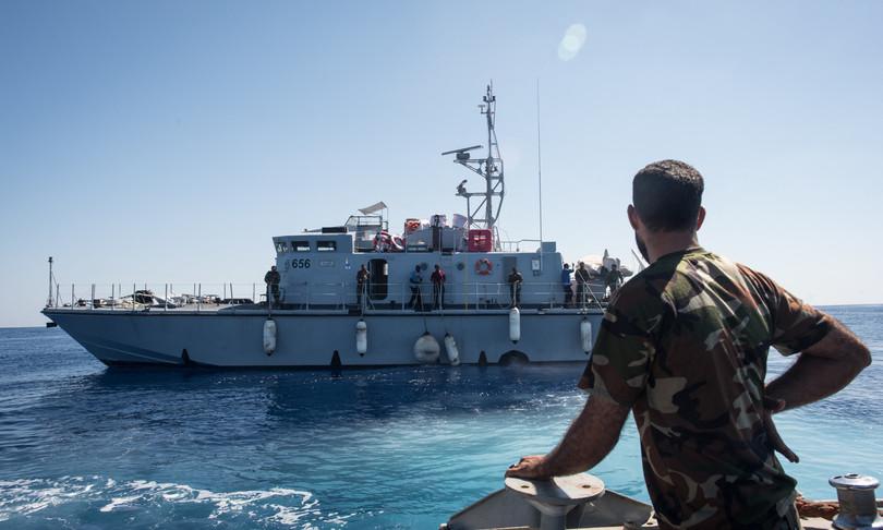 motovedetta libica spara contro peschereccio italiano ferito comandante