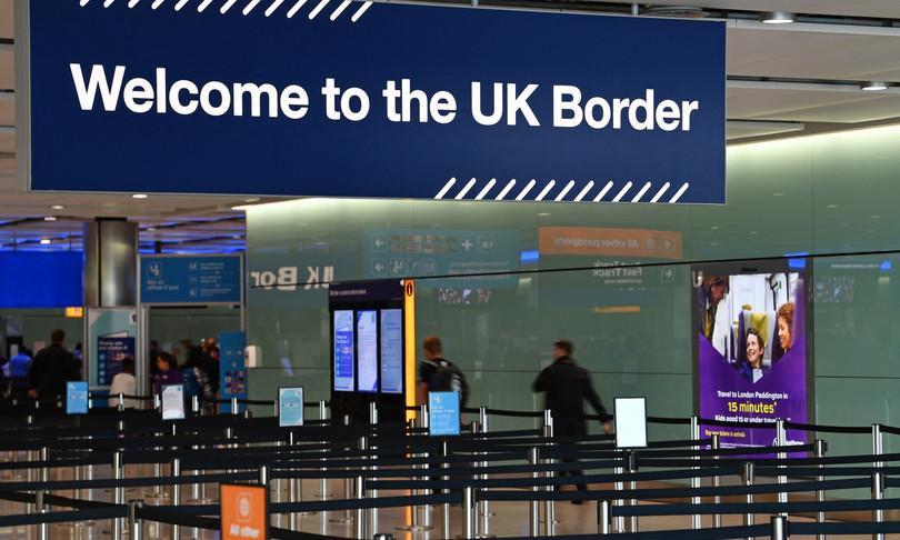 italiani fermati detenuti espulsi Gran Bretagna migranti illegali
