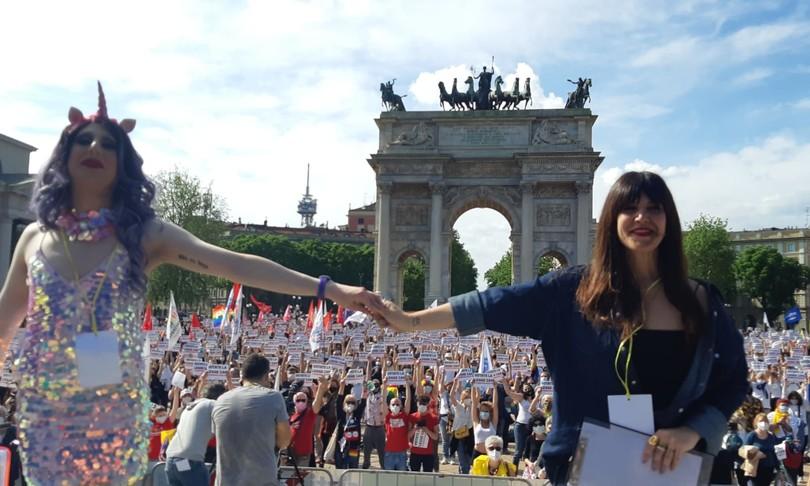 migliaia piazza Milano sostegno ddl zan