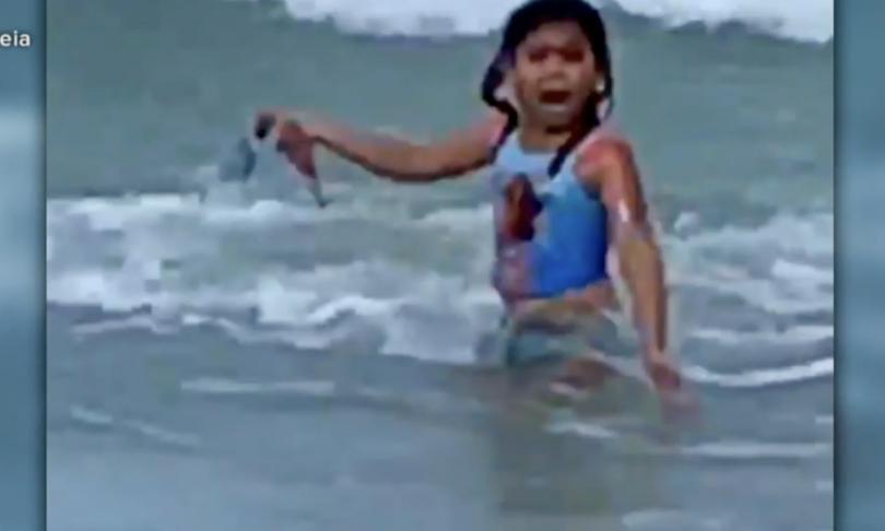 video bambina 6 anni sfugge squalo hawaii