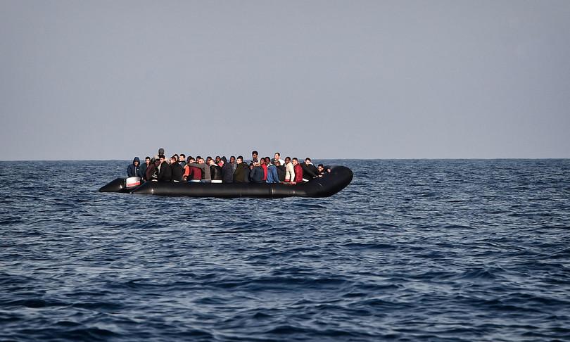 migranti hotspot lampedusa scoppia