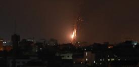 Le immagini dei razzi palestinesi nel cielo di Tel Aviv