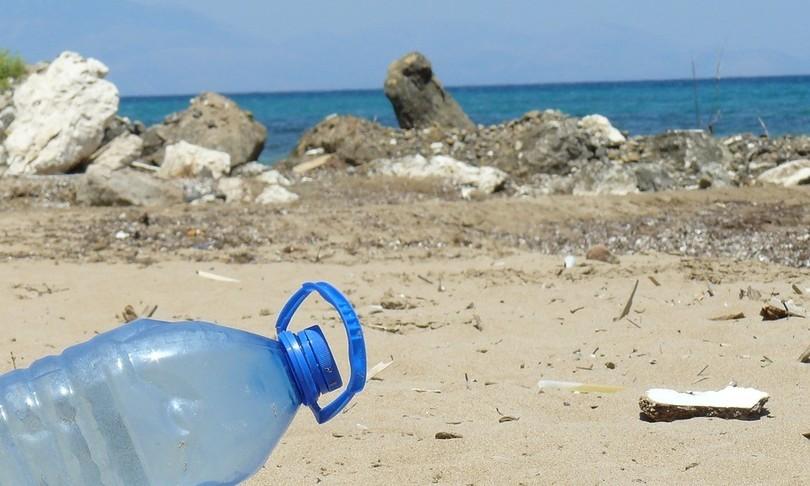 rifiuti spiagge mascherine bottiglie plastica