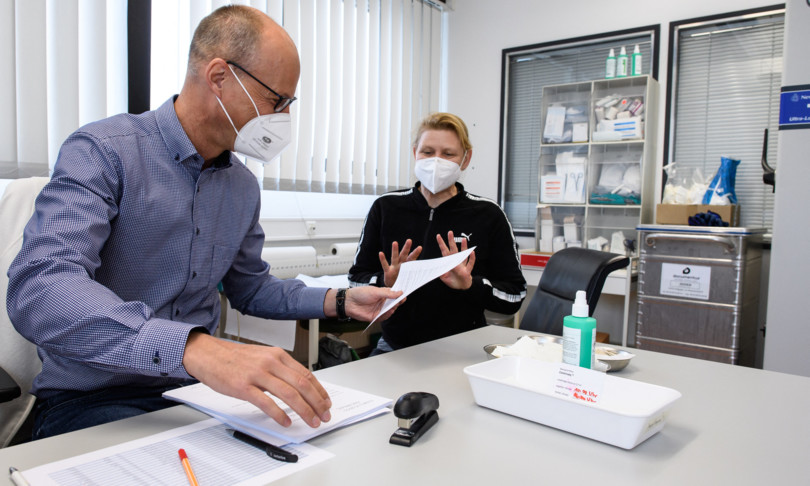 germania assalto studi medici vaccino astrazeneca