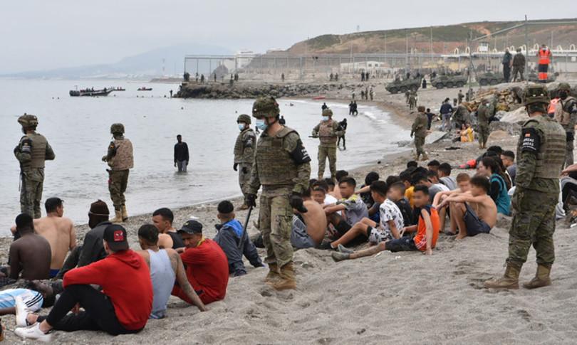 decine migranti entrano spagna marocco schierato esercito