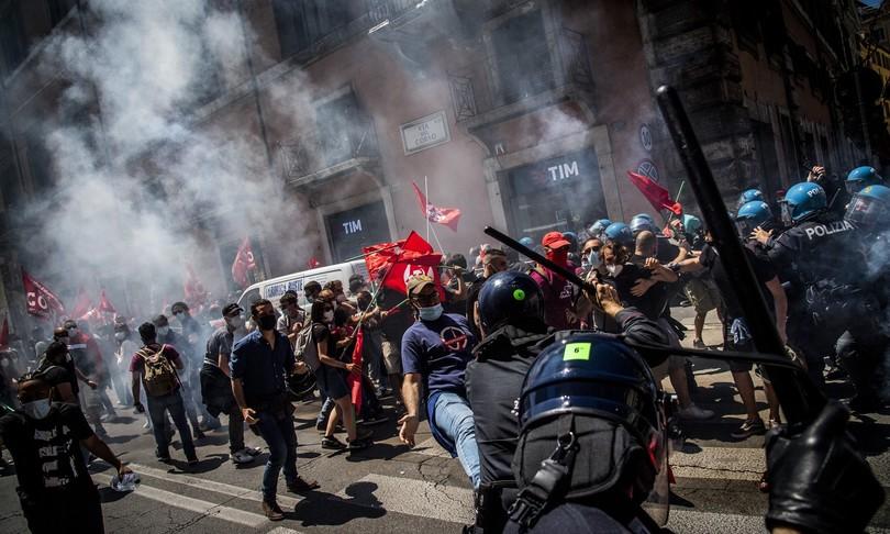 tensione manifestazione montecitorio ferito carabiniere