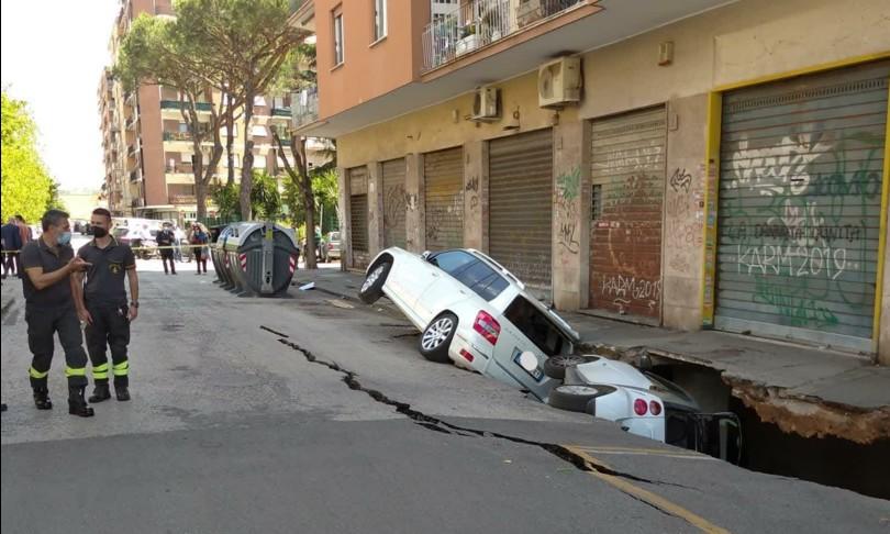 voragine auto inghiottite roma tor pignattara