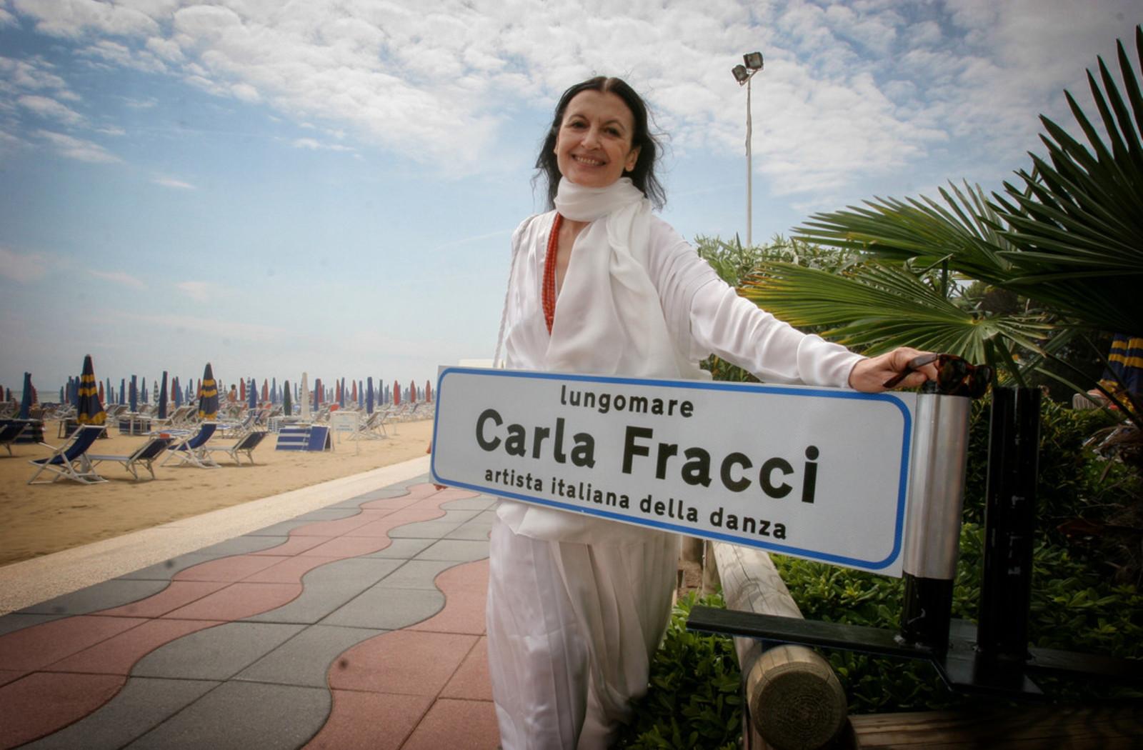 Carla Fracci sul lungomare di Jesolo che le è stato dedicato nel 2006