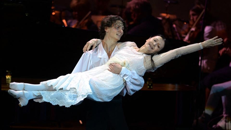 Dmitry Yekaterinin e Carla Fracci si esibiscono nel 2015 in Mystery of Ballet diretto da Nikolai Androsov, al Russkaya Pesnya