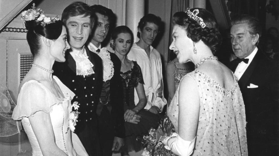Carla Fracci con la regina Elisabetta II al termine di un'esibizione al Covent Garden nel 1969