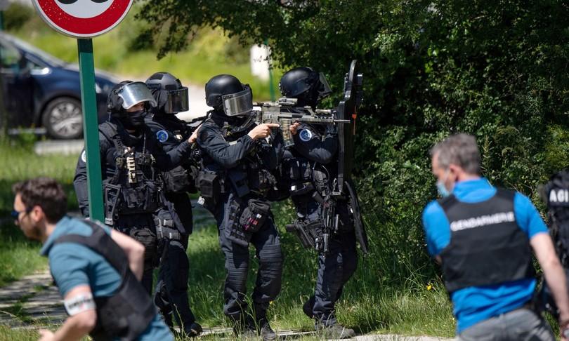 Francia polizia nel mirino accoltellata agente