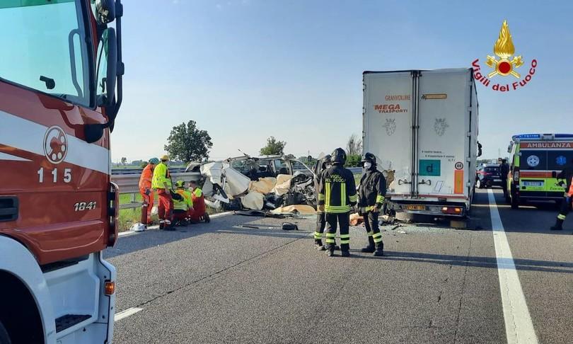 autofurgone tampona mezzo pesante autostrada 5 morti