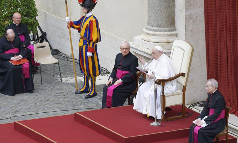 papa francesco resta seduto ossa si fanno sentire