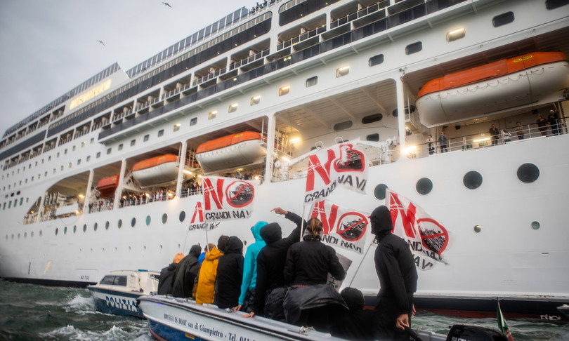 Venezia protesta contro ripresa crociere