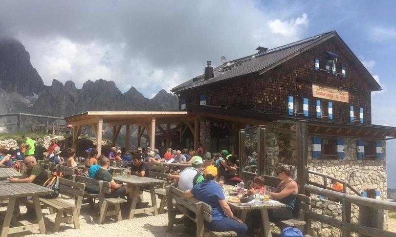 turismo tornano escursionisti sentieri dolomitici