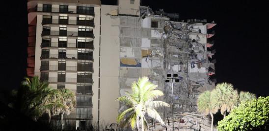 Un palazzo di 12 piani è crollato a Miami, almeno un morto e otto feriti