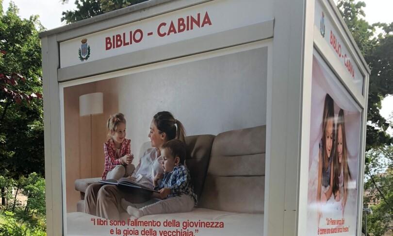 vecchia cabina telefonica libreria Calabria
