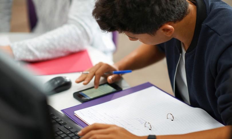 gran bretagna divieto smartphone classe scuola