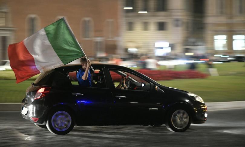 Piazze semideserte festa italiani in auto